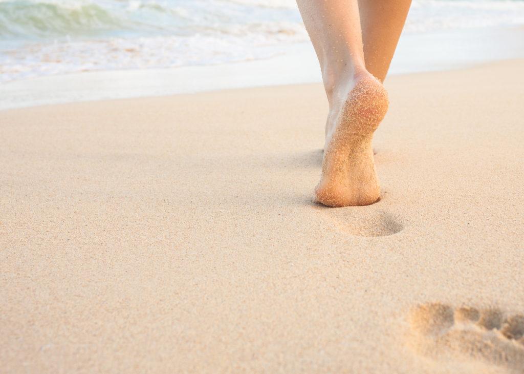 Caminar por la arena y sus beneficios